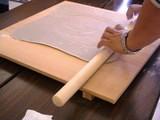 蕎麦打ち棒で四角く&薄く伸ばす
