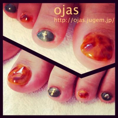 足の親指の爪が欠けていたため長さ出しをしています。その上にべっ甲(鼈甲)ネイルを。秋色なのでこれからの季節にぜひ。京都 北大路カルジェル専門ojasです。
