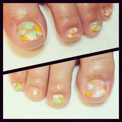 足の爪の折れた箇所を補正補強し、パステルカラーでドットネイルアートをしています。春から夏にかけてフットネイル(ペディキュア)が人気です。京都北大路カルジェル専門ネイルサロンojasにお任せください。