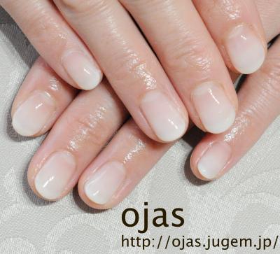 ホワイトのグラデーション。深爪矯正でお爪を保護するために自爪に優しいcalgel使用。関西大阪滋賀奈良より沢山ご来店頂いてます。お爪のお悩みはネイルサロンojasまで