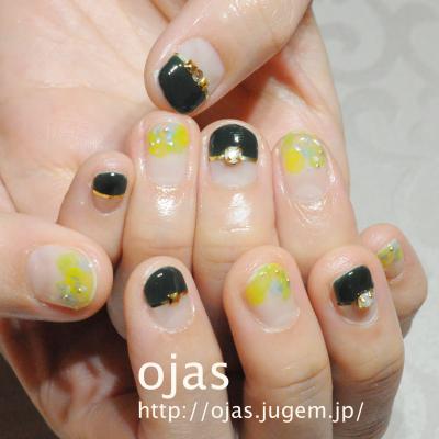 紫陽花と深い緑ディープグリーンを組み合わせたネイル。もうすぐ梅雨入りですね。季節を取り入れた個性的なネイルも京都北山北大路ojasオージャスへ。