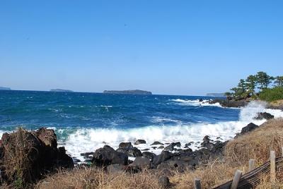 青い空、青い海、白い波