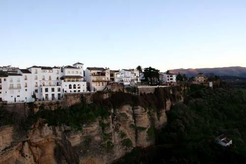 崖の上の家々