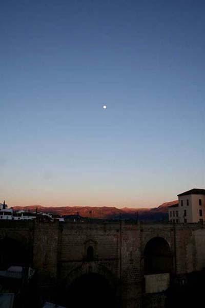 ヌエボ橋の上に浮かぶ月