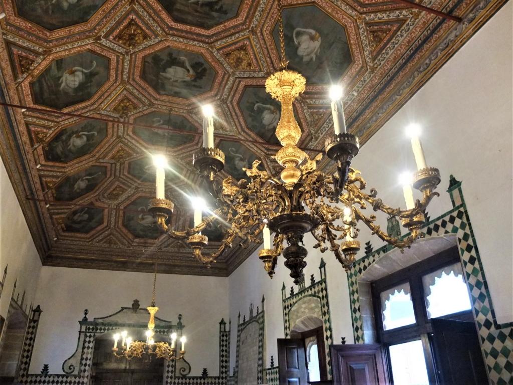 56d6e9f25b18a 「白鳥の間」 27羽の白鳥が全部違う姿で描かれています 王宮で一番広い部屋です