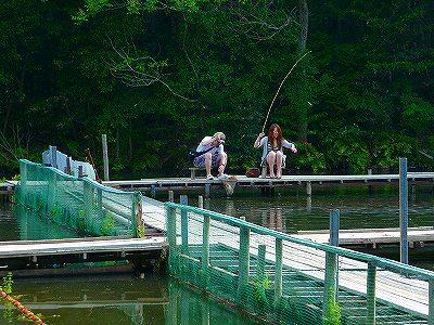 女性の方が意外に大きい魚を釣り上げます。(笑)