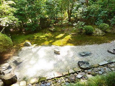 庭園もこじんまりしていて落ち着く空間です。