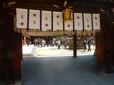 ここを出ると本殿の北側や東側の周囲を散策出来ます。