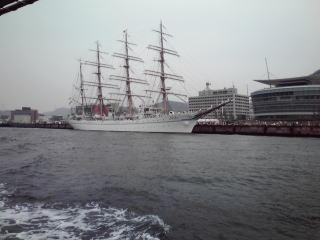 渡し船から海王丸を見る