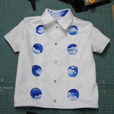 空の見える丸窓のシャツ