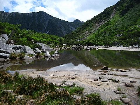 池に映る宝剣岳
