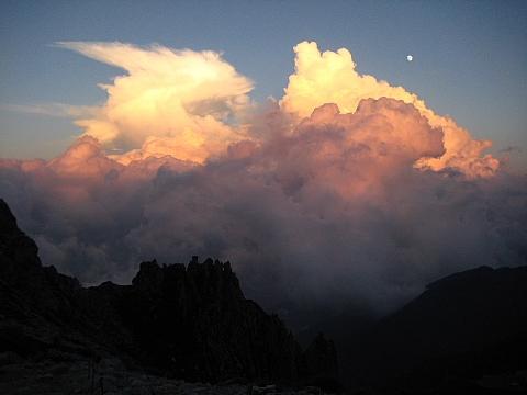 茜色の夕焼け雲と月