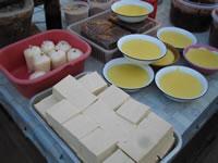 タイ・ミャンマー国境近くの市場で売られているトーフ