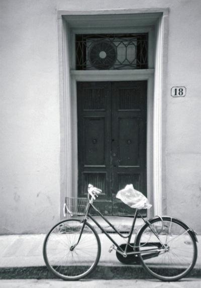 扉と自転車