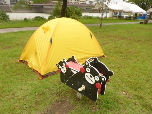 くまモンの側にテントを張りました。
