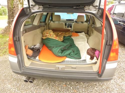 マットを敷いて寝袋を車の中に置いたところ