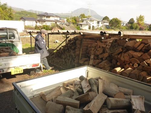 郊外に作った薪棚