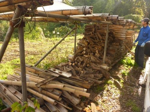 すっかり減ってきた薪棚です。