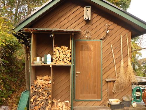 工房横の薪棚