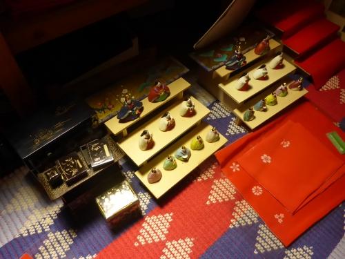 手作りのお雛様とアンティークの雛道具を組み合わせています。