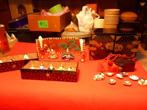 江戸時代の雛道具に、可愛らしいお雛様を組み合わせてみました。
