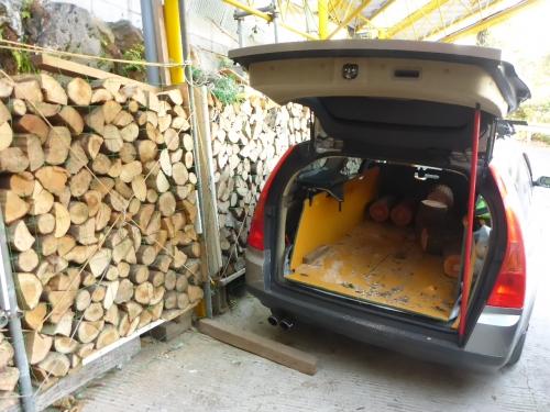 自家用車の後ろに箱を作って丸太を入れて運びます。