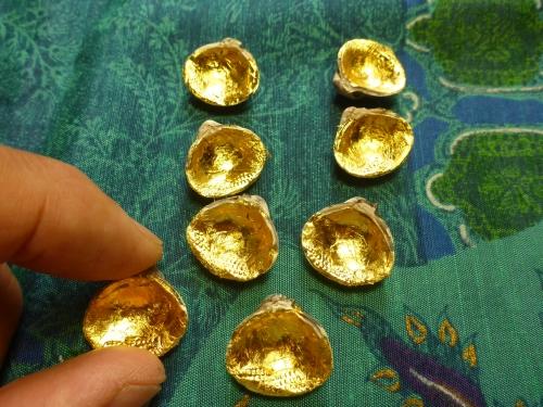 1cm余りの貝に金箔仕上げをしてこれから絵を描き始めます