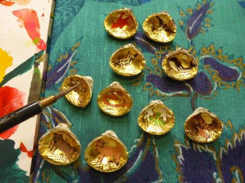 金箔仕上げの貝の内側に少しずつ絵を描いてゆきます。