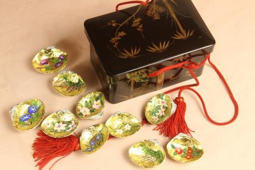 江戸の小箱に、季節の花を描いた貝合わせです。
