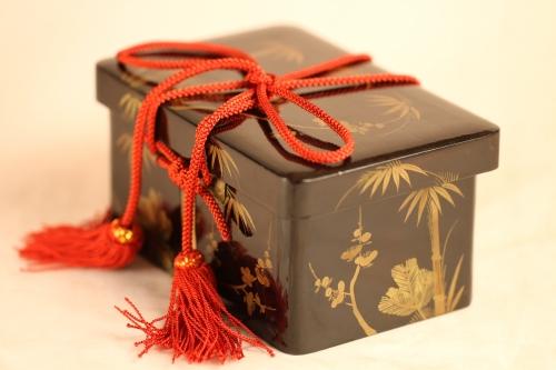 江戸の小箱に松竹梅を描いています。