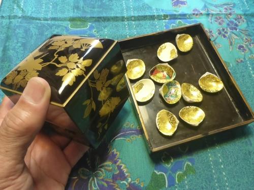 江戸期の小箱と5組の貝合わせを使って美しいものを完成させます。