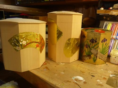 みかわ工房で作った貝桶で、生地に手描きした物や、金箔仕上げした上に花を手描きしています。
