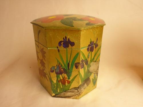 四季の花々を金地の上に手描き彩色した物です。