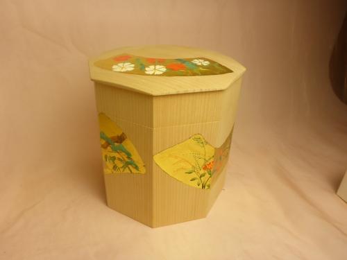 白木に金箔の扇画面を作り、四季の花を手描きしています。