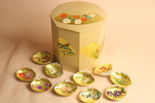 白木の金箔地に四季の花を手描きしています。