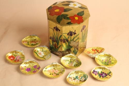 金地の貝桶に菖蒲、椿を手描きしています。
