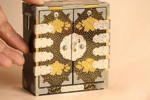 雛道具の蒔絵箪笥で、昭和初期に作られた物です。