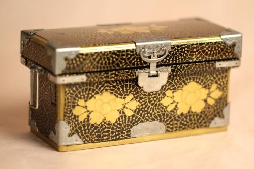 昭和初期に作られた長持ちで、お雛様もこれに合わせて作っています。
