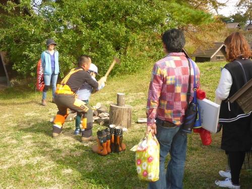 子供たちにも薪割りを体験してもらいました。