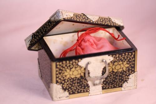 小箱の中には、薄いピンクのオーガンジーの袋が