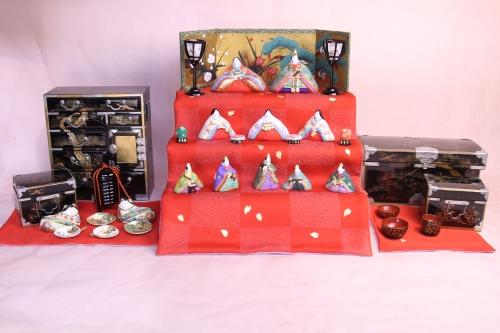 みかわ工房の雛人形と大正時代の蒔絵たんすを組合わせたセットです。