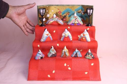 みかわ工房で作った雛人形と丹後ちりめんの敷き布です。
