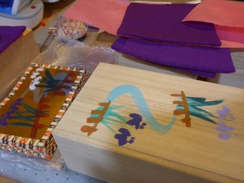 特製の桐箱に手描きで菖蒲の花を描いています。