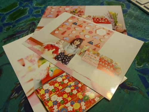 みかわ工房に届いた雛祭りの写真で、姉妹で「紫式部日記」セットを購入されています。
