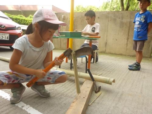 切った竹を箸の幅に割る