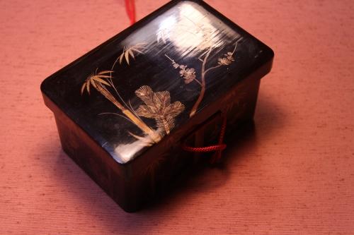 上の小箱よりやや大きめで10cm×15cm×7,5cmです。