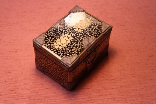 この小箱は、明治期に京都で作られた小箱です。大きさは7cm×10cm×6,5cmです。