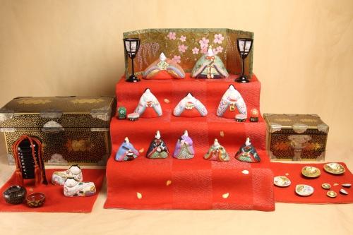 明治期に京都で作られた雛道具にみかわ工房の雛人形を組み合わせています。