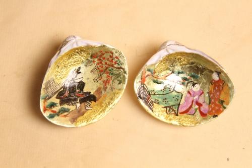 源氏物語の「ははきぎ」のシーンを金箔地の上に手描きしています。