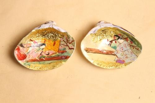 源氏物語の「若菜」のシーンを金箔地の上に手描きしています。